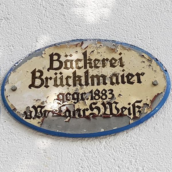 Hinweistafel am Stammsitz der Bäckerei Brücklmaier